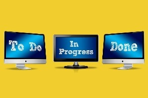 "Monitore mit Bildschirmanzeige ""To Do"", ""In Progress"", ""Done"""