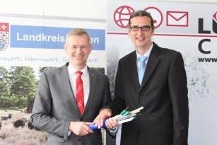 Landrat Dr. Heiko Blume und Norbert Hill (LüneCom Kommunikationslösungen GmbH)